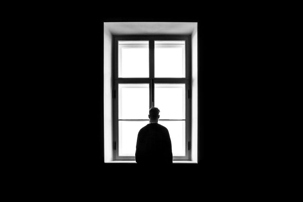 homme à la fenêtre