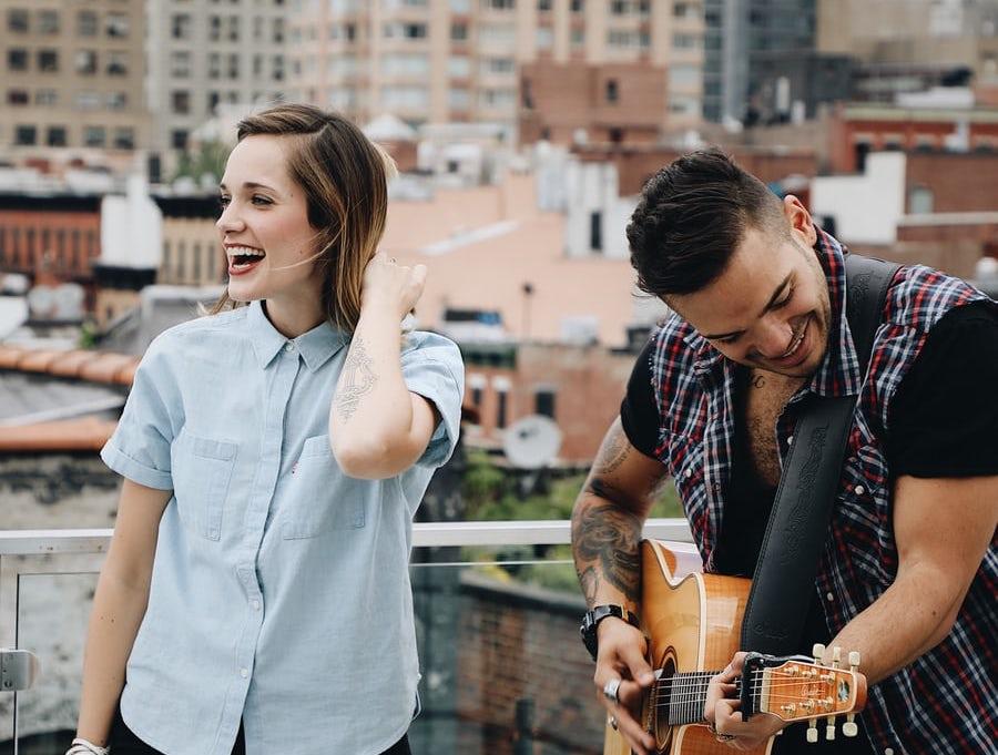 des jeunes jouant de la musique
