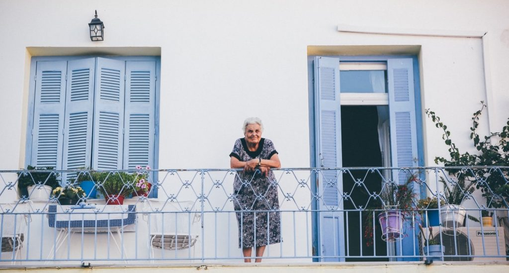 une grand-mère sur son balcon